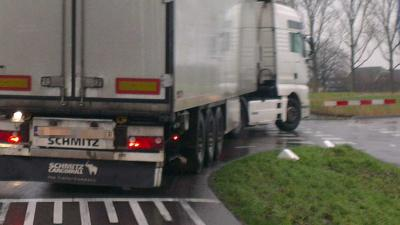Dronken Roemeense vrachtwagenchauffeur veroorzaakt ravage voor Spijkenisserbrug