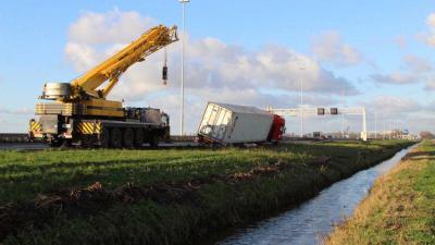 vrachtwagen weggezakt in de berm