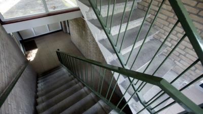 Man raakt ernstig gewond na fietsen van trap