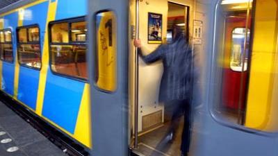 Foto van passagier de in trein stapt | Archief EHF