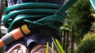 Buurman overmeestert inbreker en boeit hem met tuinslang