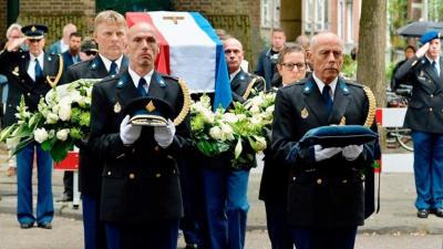 Erehaag van politiemensen bij uitvaart oud-korpschef Gerard Bouman