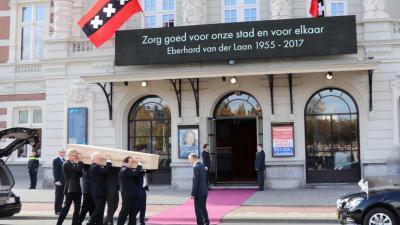 Luid applaus bij binnendragen kist burgemeester Van der Laan