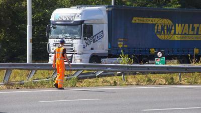 Tankwagen ramt vangrail op snelweg A58 bij Oirschot
