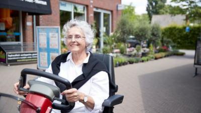 Vrouw op scootmobiel