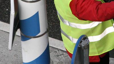 Politie zoekt bestuurder blauwe Saab die recht op verkeersregelaar afreed