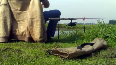Foto van visser met hengel aan slootkant   Archief EHF