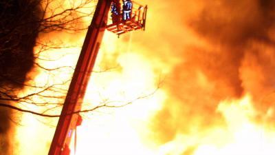 vlammen-brand-hoogwerker