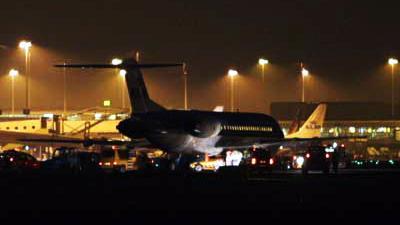 Foto van vliegtuig op donker Schiphol   Archief EHF