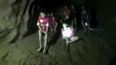 Thaise voetballers in grot krijgen eten