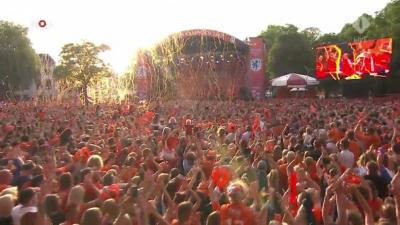 Oranje-vrouwen in Utrecht warm onthaald door Oranje-legioen