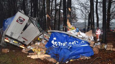 Chauffeur gewond en ravage na ongeval vrachtwagen A28 Spier