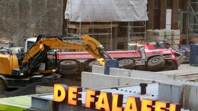 Vrachtwagen gekanteld op bouwterrein