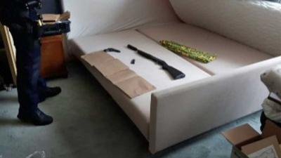Witwassende manegehouder sliep met geweer en geluiddemper onder matras