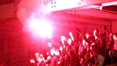 Foto van fakkel op tribune voetbal supporters   Archief EHF