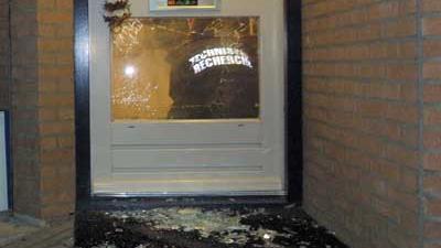 Foto van forensisch onderzoek voordeur woning | Archief EHF