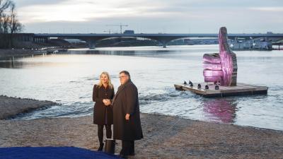 Minister Schultz en burgemeester Bruls halen duim uit de dijk