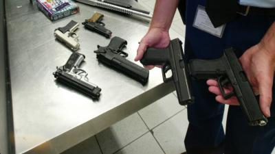 Speelgoedwapens die zo op echte vuurwapens lijken dat ze bedreigend overkomen, zijn op straat en bijvoorbeeld in de horeca en winkelcentra verboden. De politie begint vandaag een campagne om ouders en kinderen te wijzen op de gevaren van dit soort speelgo