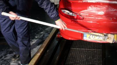 Medewerker wasstraat raakt bekneld in wasstraat