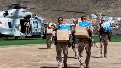 Voedsel en water op Sint Maarten gedropt met defensieheli