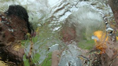 Grap met water loopt uit op rake klappen