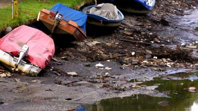 Alle 17 woonboten liggen schuin in Paesplas door lager waterpeil