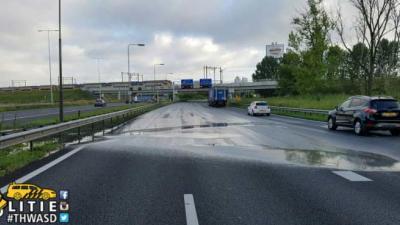 Gat in wegdek A2 bij Amsterdam