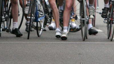 Busje rijdt in op groep wielrenners in Zundert en gaat er van door