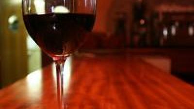 Foto van glaswijn op bar   SXC