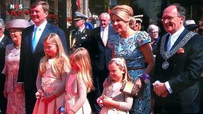 Foto van Willem-Alexander, Maxima en prinsesjes in Amstelveen   NOS