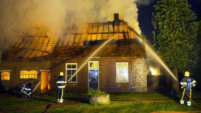 Woonboerderij in vlammen op