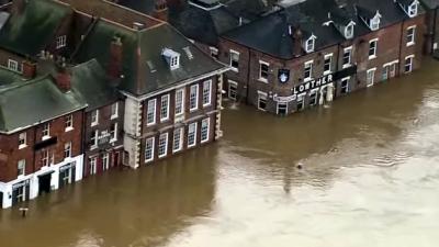 Overstroomde huizen in Engeland geplunderd