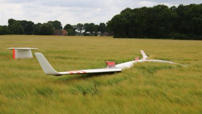 Foto van zweefvliegtuig in korenveld | Herman van Oost | www.vanoostfotografie.nl