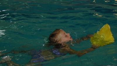 Foto van kind zwemles met drijfplank   Archief EHF