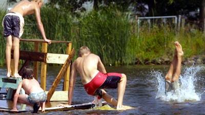 Foto van kinderen op vlot en zwemmen   Archief EHF