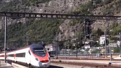 Man steekt in op passagiers in trein Zwitserland